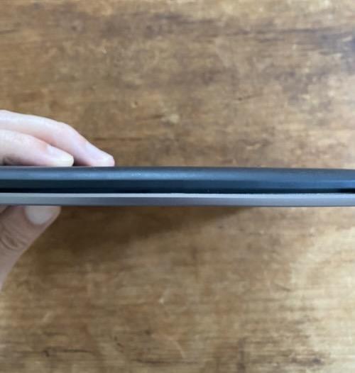 Kindle oasisとPaperWhiteの薄さ比較画像